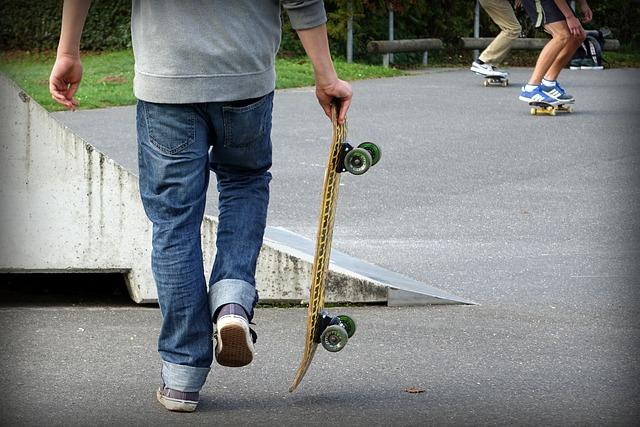 kluk a skateboard