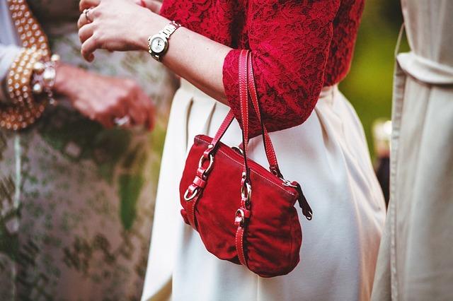 kabelka vhodně doplňuje oblečení ženy