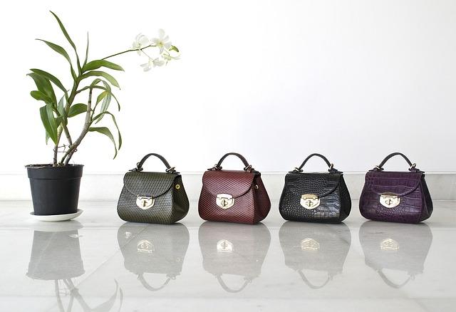 módní kožené kabelky v různých barvách