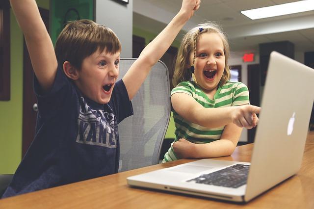děti se radují u počítače