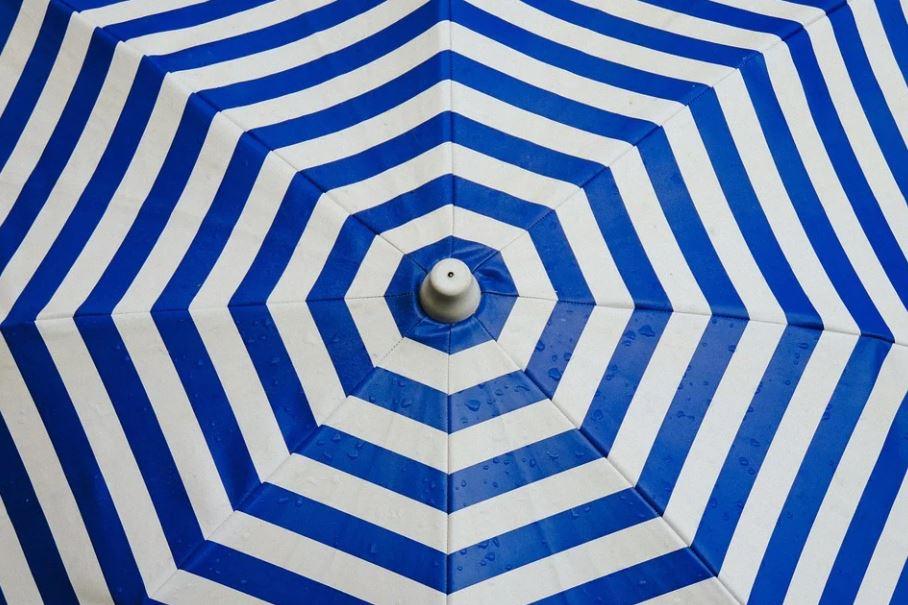 pruhovaný deštník nebo slunečník